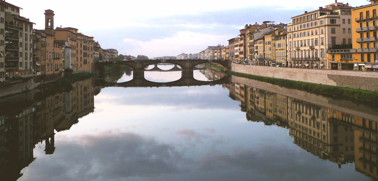 FLORENCE, ITALY / THE ARNO RIVER FROM THE PONTE VECHIO