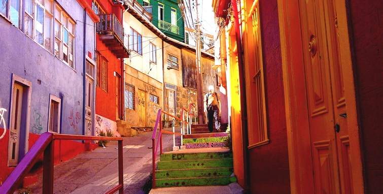 VALPARAISO, CHILE / COLORFUL STREET SCENE