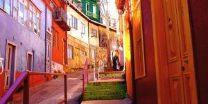 VALPARAISO, CHILE / COLORFUL STREET SCENE