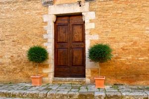 SAN GIMIGNANO, ITALY / FRONT DOOR WELCOME