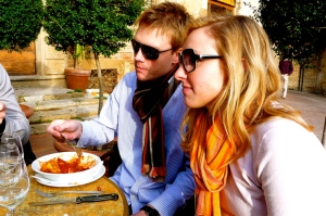 SAN GIMIGNANO, ITALY / LUNCH TIME IN THE PIAZZA